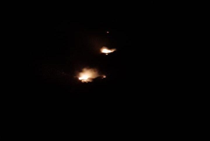 قنابل مضيئة للعدو فوق كروم الشراقي تسببت باندلاع حريق