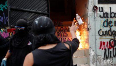 مكسيكيات غاضبات يشعلن النار في مبنى حكومي