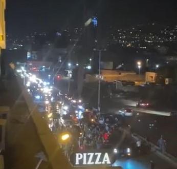 بالفيديو: مجموعات مناصرة للقوات اللبنانية تقطع الطريق مقابل ميرنا الشالوحي وتشتم الرئيس عون والتيار الوطني الحر وباسيل