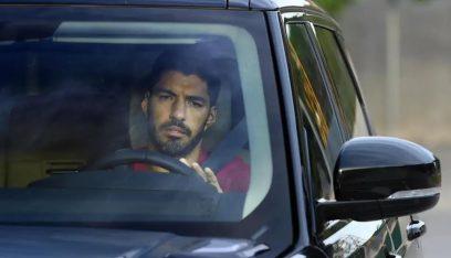 بالدموع.. سواريز يغادر برشلونة!