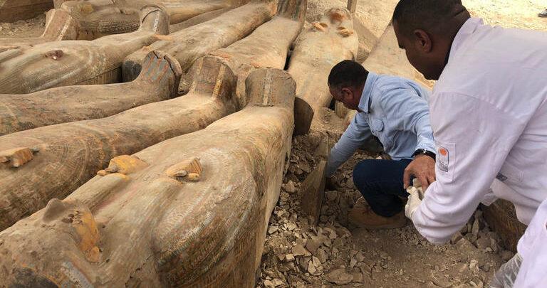 عشرات التوابيت المكتشفة ببئر سقارة الأثري في مصر
