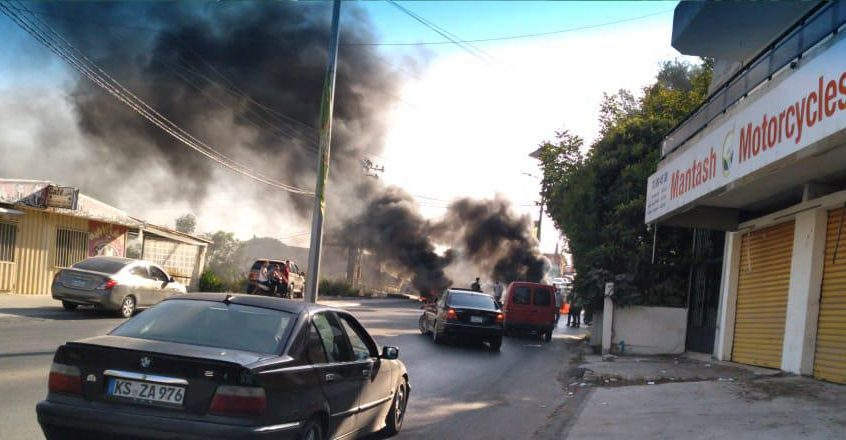 محتجون قطعوا الطريق عند مفرق عرمون وبشامون