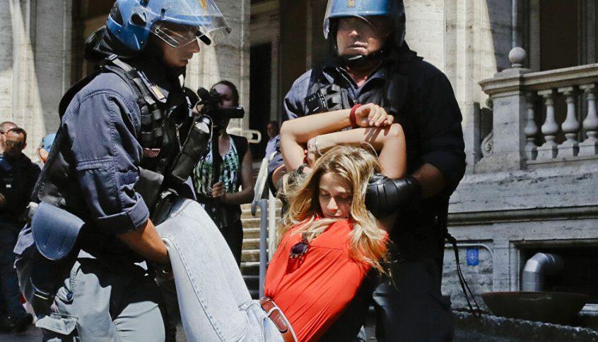 مواجهات عنيفة مع الشرطة الايطالية بعد فرض السلطات حظرا للتجوال بسبب كورونا