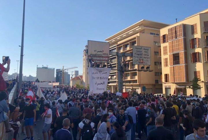 المسيرة الشعبية بذكرى 17 تشرين وصلت الى أمام مصرف لبنان