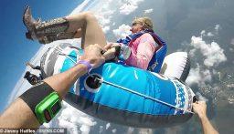 بالفيديو: عن ارتفاع 4 آلاف متر.. بريطانيّة تقفز من على متن طائرة بواسطة عوّامة مطّاطية!