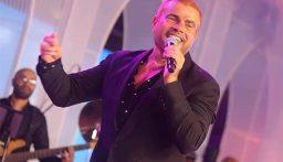 عمرو دياب صدم الجمهور بلون شعره الجديد!