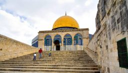 طفل يعثر على تحفة ذهبية في القدس عمرها نحو 3 آلاف عام!