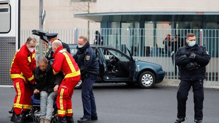 بالصور: سيارة تصطدم ببوابة مقر المستشارة الألمانية في برلين
