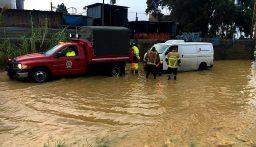 إنقاذ مواطنين علقوا داخل سياراتهم على الطريق البحرية في زوق مكايل بسبب غزارة الامطار