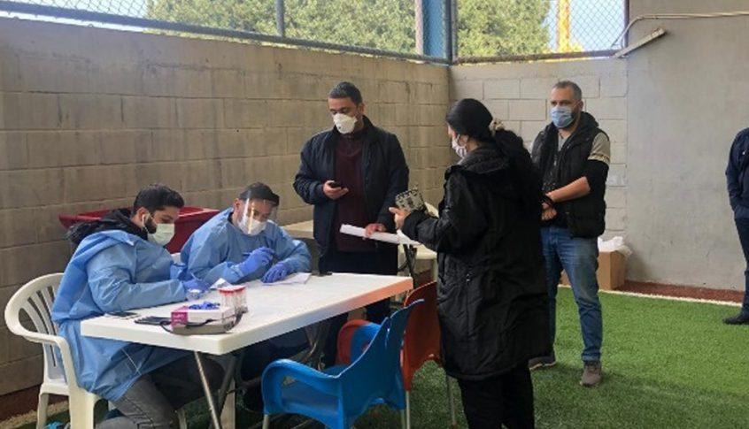 فريق من وزارة الصحة يقوم بفحوص لمخالطي مصابين في الضنية
