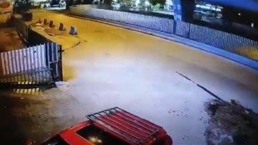 بالفيديو: حادث سير مروع في الدورة.. سقط من على الجسر فدهسته سيارة تحته!