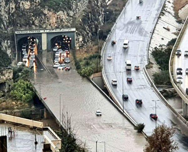 طرقات لبنان تغرق بمياه الامطار ولكن من المسؤول؟ (بالفيديو والصور)