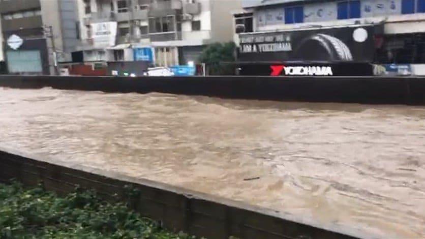 كيف ردت وزارة الأشغال على الانتقادات بعد غرق الطرقات بمياه الأمطار؟