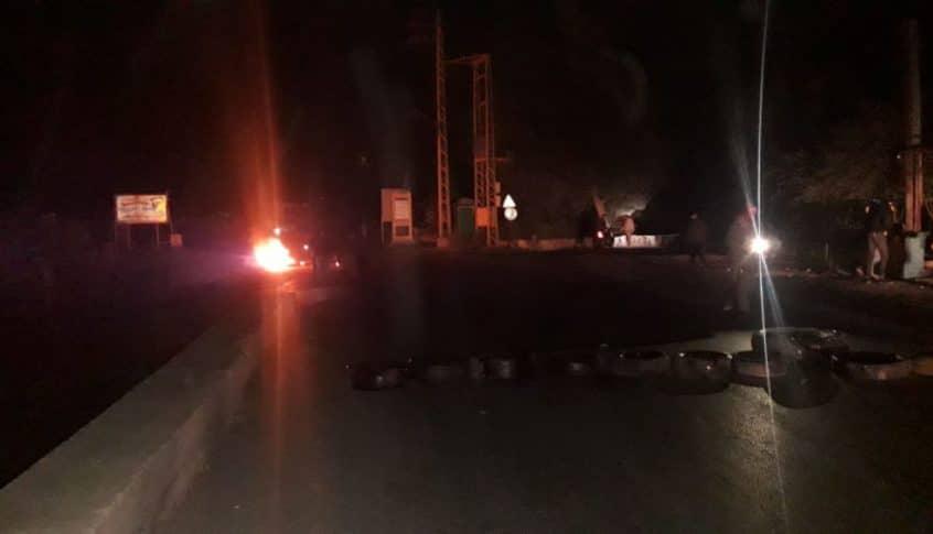 محتجون قطعوا طريق العبدة- حلبا للمطالبة بالافراج عن احد الناشطين