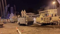 الجيش يطلق الرصاص المطاطي والقنابل المسيلة للدموع لتفريق المحتجين في طرابلس