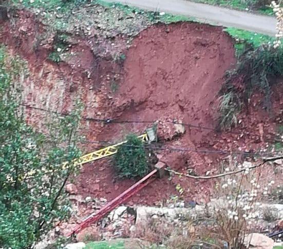 سقوط عمودين للكهرباء جراء السيول أدى لانقطاع الكهرباء عن دبعل الضنية