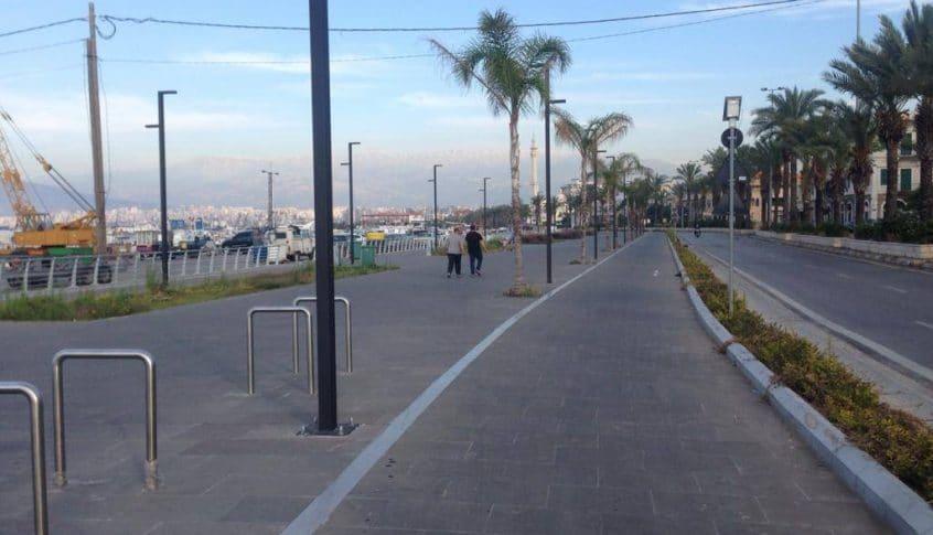 قوى الامن تخلي كورنيش الميناء من المواطنين لمخالفتهم قرار التعبئة العامة