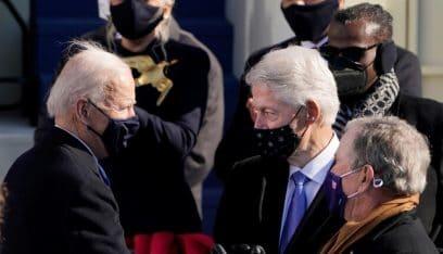 """بالفيديو: بيل كلينتون """"يأخذ غفوة"""" في حفل تنصيب بايدن"""