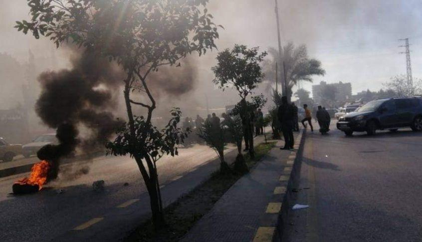 محتجون يقطعون أوتوستراد البداوي والجيش يتدخل لفتحه