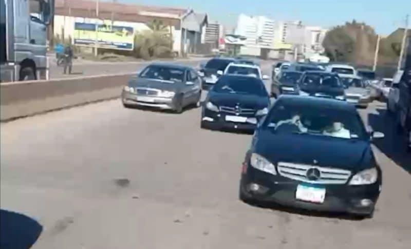 قطع أوتوستراد طرابلس بيروت ومسارب مستديرة عبدالحميد كرامي احتجاجا على الاقفال العام والغلاء