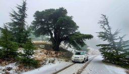 العاصفة تشتد والثلوج تتراكم.. اليكم حال الطرق الجبلية الآن