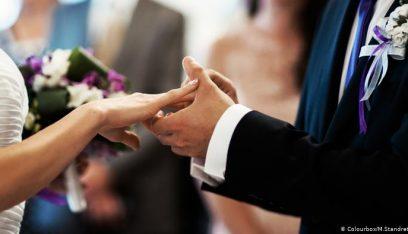 بالصور: بعد انجاب 6 أطفال.. حبيبان فقيران يحصلان على حفل زفاف مجاني!