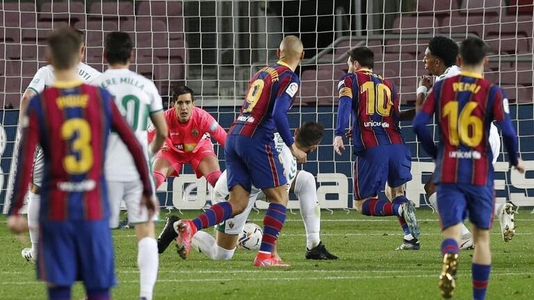 """ميسي يقود برشلونة للفوز على إلتشي بثلاثية وينفرد بصدارة هدافي """"الليغا"""""""