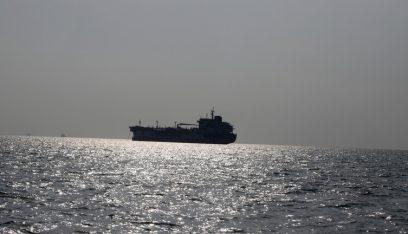 مسؤولون أميركيون يتفقدون السفينة المستهدفة بانفجار في خليج عمان