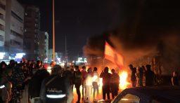 محتجون قطعوا السير على اوتوستراد صور باتجاه صيدا بالإطارات المشتعلة
