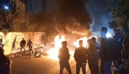إقفال دوار كفررمان بالعوائق الحديدية احتجاجا على تردي الاوضاع المعيشية