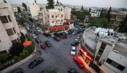 بالصور.. فتاة تحطم زجاج 15 سيارة في الأردن!