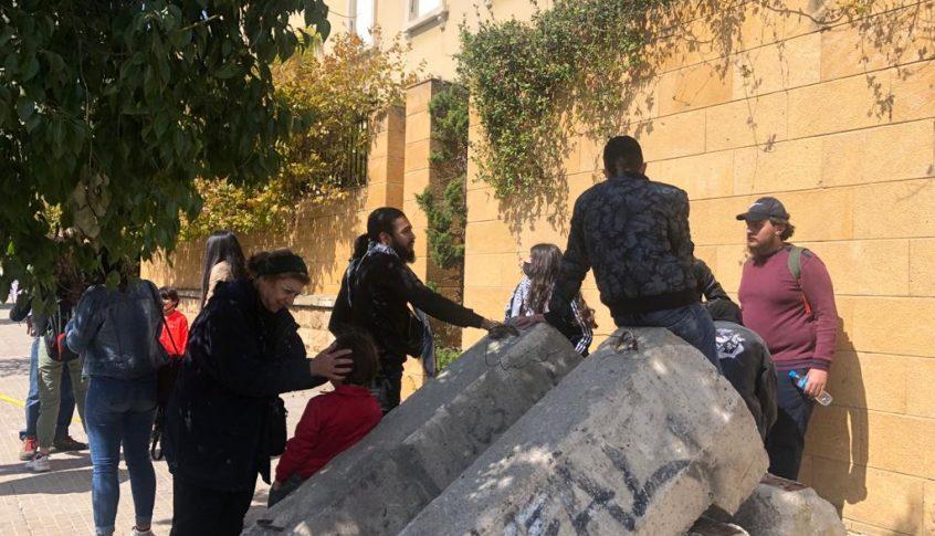 محتجون اعتصموا امام المحكمة العسكرية اعتراضا على الاستمرار في توقيف مطلوبين
