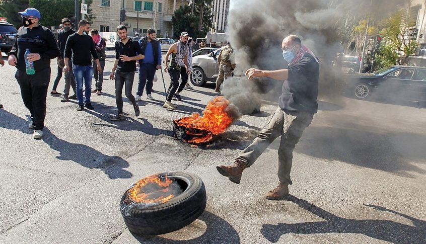 كل هذه الطرقات مقطوعة من قبل المحتجين!