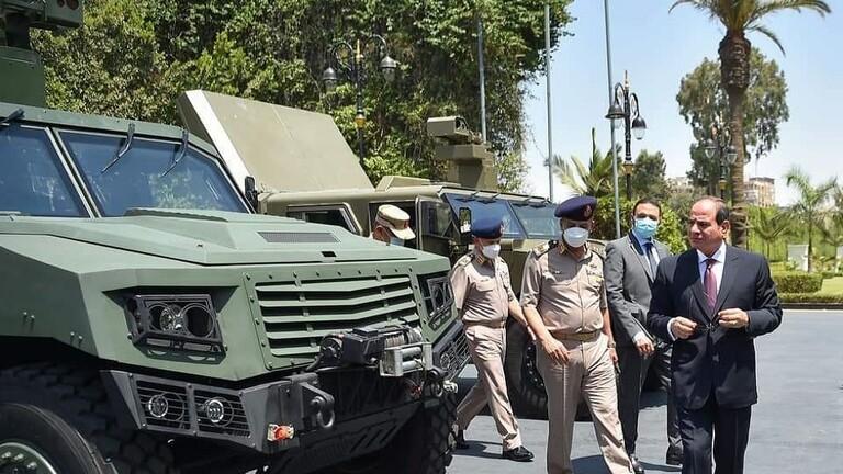 السيسي يجتمع بالقيادة العسكرية ويتفقد معدات محلية الصنع