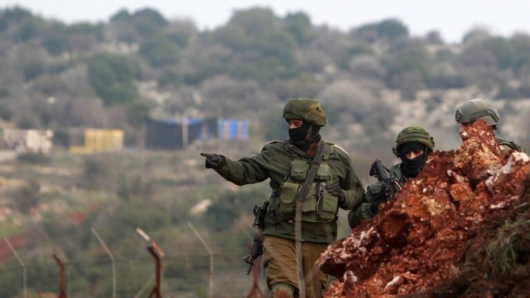 العدو يطلق النار في الهواء على شبان يلتقطون الصور على الحدود