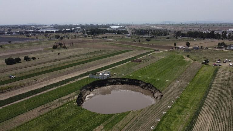 بالفيديو: حفرة عملاقة بمزرعة في المكسيك تتوسع وتبتلع المزيد من الأراضي!