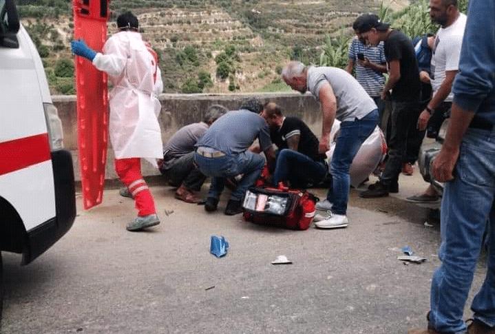 اصابة شخص بحادث بين سيارة ودراجة على طريق عام حلبا