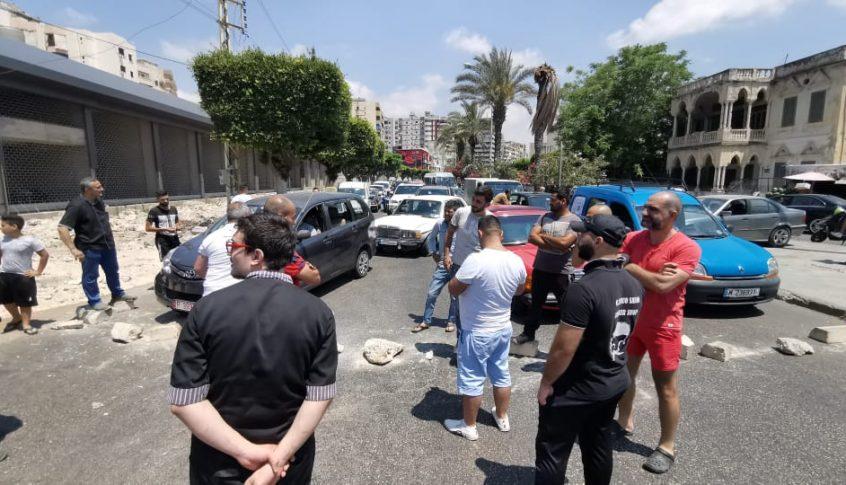 اصحاب المحلات في صيدا قطعوا الطريق احتجاجا على اطفاء مولد لعدم توافر المازوت