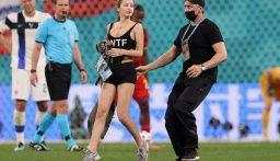 فتاة تدخل إلى أرض الملعب خلال المباراة.. تشجيعاً لعملة رقمية