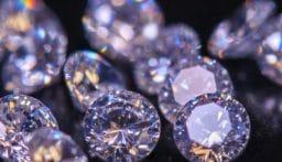 """خبيرة أحجار كريمة استخدمت """"خفة يدها"""" في سرقة المجوهرات!"""