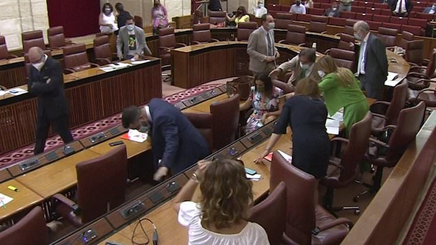 بالفيديو: جرذ يثير الهلع داخل برلمان إقليم أندلُسيا الاسباني!
