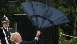 """بالفيديو: بوريس جونسون """"يتصارع"""" مع مظلته!"""