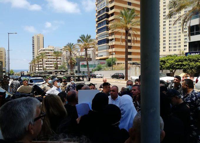 وقفة لأهالي شهداء بيروت وناشطين أمام الأمن العام