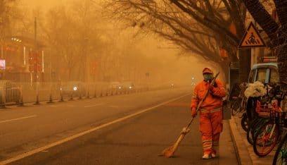 عاصفة رملية هائلة ابتلعت مدينة في الصين