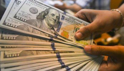 الدولار الأميركي يتراجع عن أعلى مستوياته في شهر