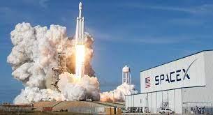 أول رحلة فضائية بطاقم من المدنيين للمرة الاولى بالتاريخ تطلقها سبيس إكس