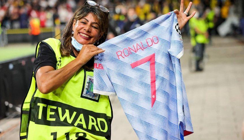 بالصور: لهذا السبب اهدى رونالدو قميصه لموظفة أمن الملعب