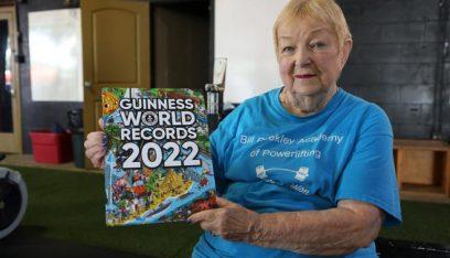"""بالفيديو: جدة عمرها 100 عام تدخل موسوعة """"غينيس"""" في رفع الأثقال!"""