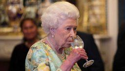 أطباء يمنعون الملكة إليزابيث من شرب الكحول.. حفاظاً على صحتها