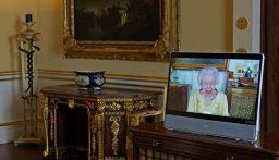 مبتسمة وترتدي فستانا أصفر…الملكة إليزابيث الثانية تعاود نشاطاتها الرسمية بعد نقاهة في المستشفى